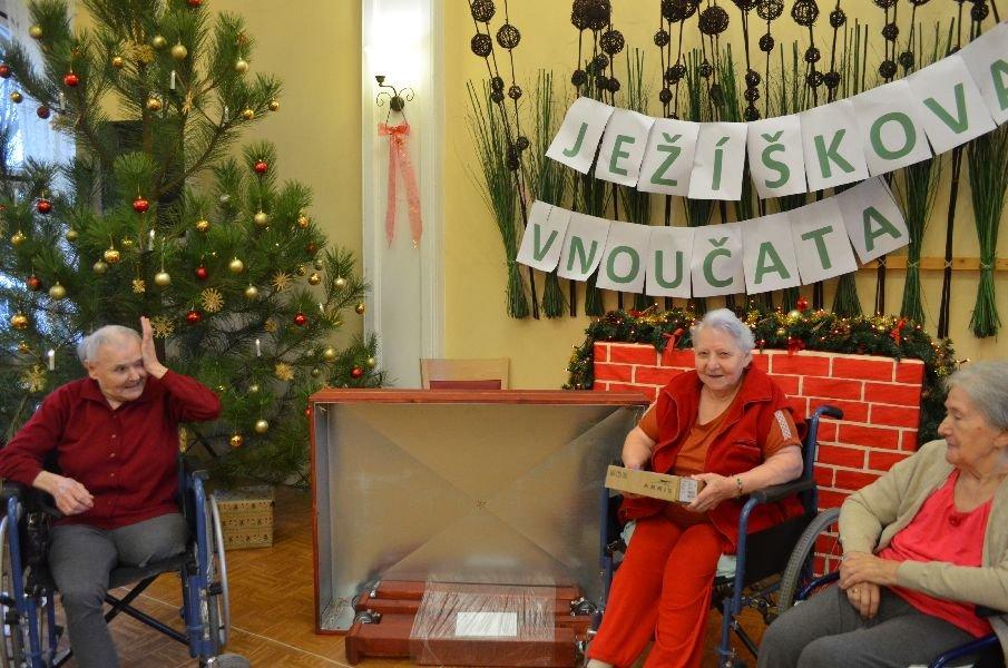 Ježíškova vnoučata - předávání dárků